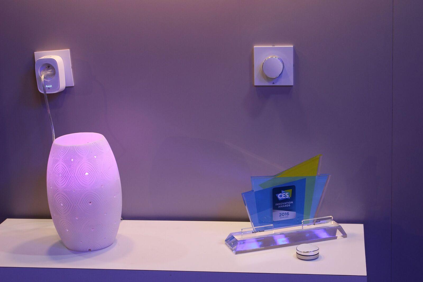 Le contrôle de la lumière est simplifié dans la maison grâce à un interrupteur en forme de galet design et sans fil ! Un objet connecté innovant qui vous changera la vie