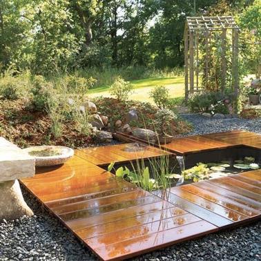 Entouré de verdure et de dalles de caillebotis, ce bassin zen apporte douceur et sérénité au jardin ! Voilà un endroit qui favorise la relaxation à l'extérieur