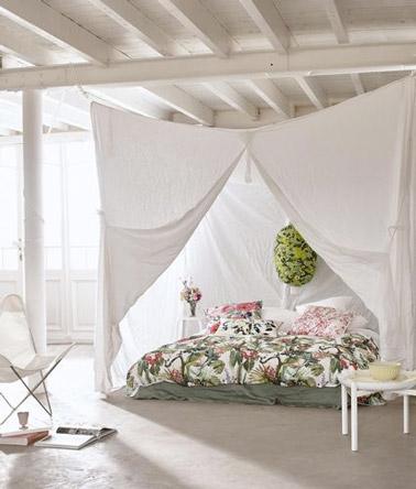 Le romantisme est au rendez-vous dans cette chambre lumineuse où le lit fait office de petit cocon douillet parental très intime grâce à des voilages blancs