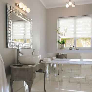 Comme des perles nacrées, les luminaires de cette salle de bain élégante soulignent avec classe la déco de la pièce ! Une ambiance chic aux couleurs naturelles