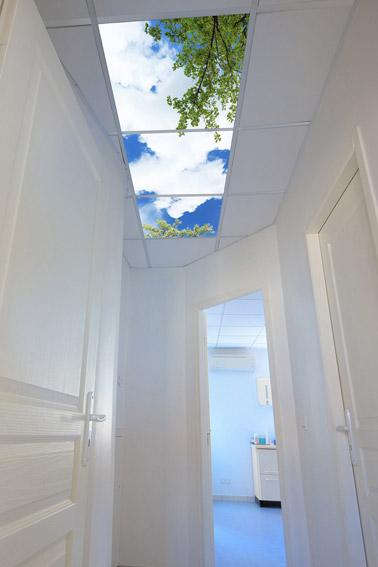 Voilà une idée déco innovante pour faire entrer la nature à l'intérieur ! Des luminaires plafonniers imitant le ciel pour un effet ultra bluffant et charmant !