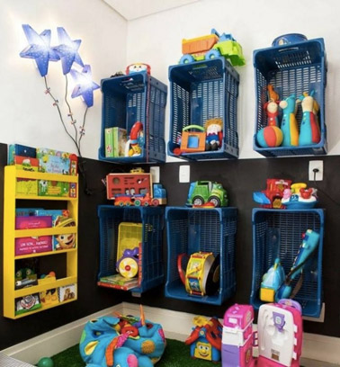 On récupère des paniers et on les fixe sur le mur de la salle de jeux afin d'offrir des compartiments hyper originaux pour ranger les jouets des enfants !
