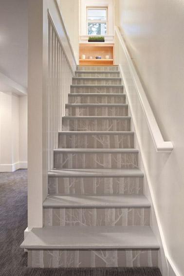 La nature s'invite avec classe dans la déco grâce à ce papier naturel qui trouve sa place sur les contremarches des escaliers aux murs beige de la maison !
