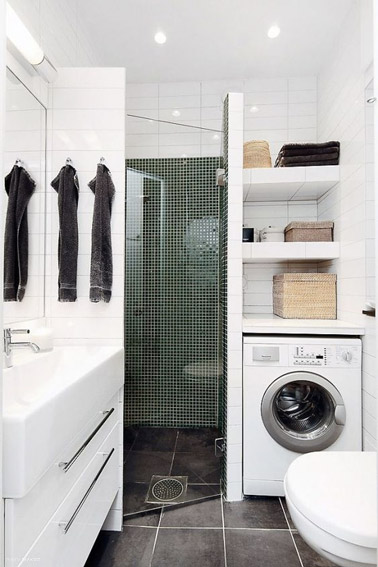 Optimisation totale de l'espace dans cette petite salle de bain blanche aménagée avec des niches de rangements pratiques pour que chaque chose trouve sa place