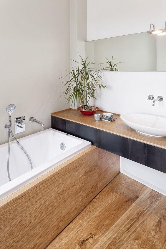 Une petite salle de bain bois avec une baignoire for Idee deco salle de bain bois