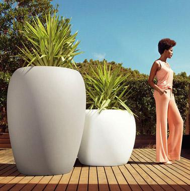 Ultra design, ces pots géantes meublent l'extérieur et accueillent de grandes plantes. Un aménagement de jardin moderne et tendance à adopter sur la terrasse en bois !