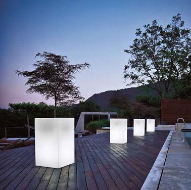 Pour les douces soirées d'été passées à l'extérieur, ces grands pots lumineux assureront une ambiance féérique et scintillante sur la terrasse dès la nuit tombée