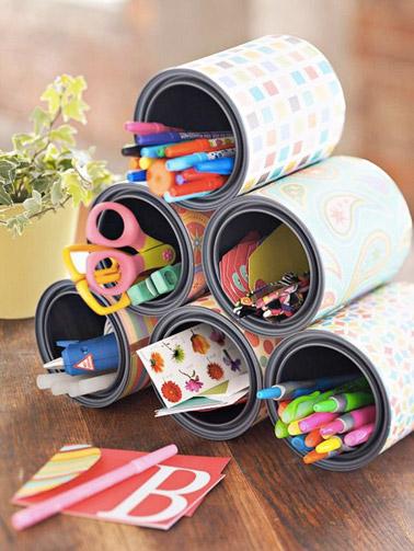 Pour bien ranger le bureau et éviter que les stylos et feutres ne trainent partout, voilà une solution judicieuse réalisée grâce à des boîtes de converse !