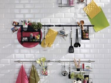 Quand on manque de place dans la cuisine, on n'hésite pas à utiliser le mur ! Ici, des barres de crédence permettent d'avoir les accessoires à portée de main !