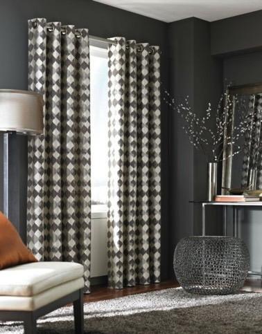 Voila un rideau gris et crème à motifs en losanges qui complète à merveille la déco hyper sympathique de ce salon où un tapis moelleux a pris place sur le parquet !