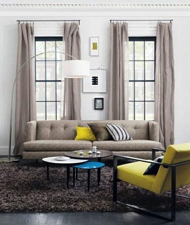 Quoi de plus élégant et raffiné que de choisir des rideaux en lin pour les fenêtres du salon ? Ici, les rideaux en lin beige apportent originalité et délicatesse