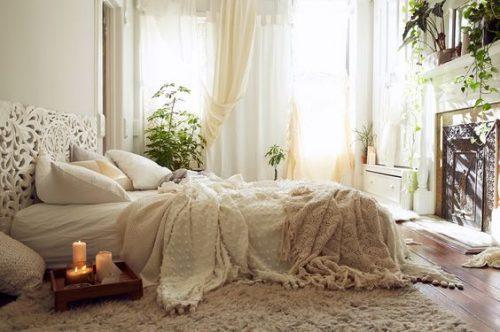 Une déco qui laisse la place à la détente dans cette chambre parentale ultra cocooning où la lumière est filtrée par de beaux rideaux blancs de style voilages !