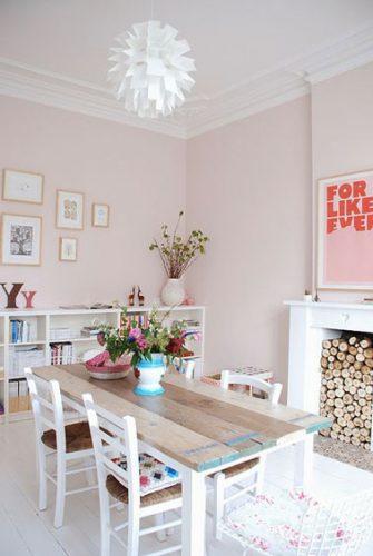 Voilà une déco fraîche dans la maison ! Pour les murs, on a misé sur du rose pastel marié à du blanc et du bois. Mignonne comme tout cette salle à manger !