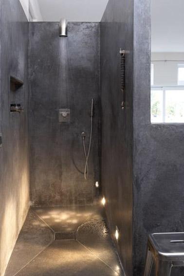 En béton ciré et avec des luminaires qui la mette joliment en valeur, cette douche italienne aménagée dans la salle de bain est ultra tendance et design !