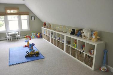 Dans la salle de jeux, on opte pour un petit meuble de rangement qui ne gâche pas la déco et qui permet d'obtenir de l'ordre rapidement pour faciliter la vie des petits