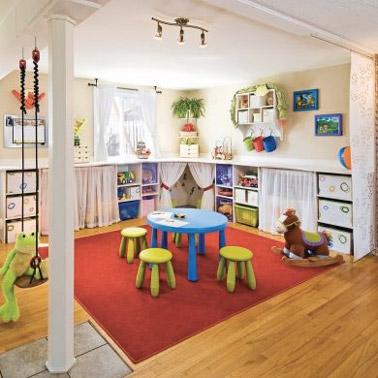 Des couleurs et des rangements pour mettre de l'ordre facilement , que demander de plus dans la salle de jeux ? Une pièce accueillante, agréable et bien rangée !