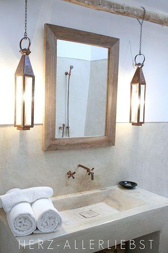 Voilà une atmosphère naturelle esprit spa dominée par le beige dans cette belle salle de bain ! Une ambiance de détente soulignée par deux lanternes hyper déco