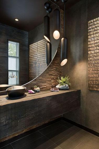 Relaxation et détente assurée dans cette salle de bain marron et bois zen décorée de deux suspensions lumineuses noires en forme de tubes ultra originales !