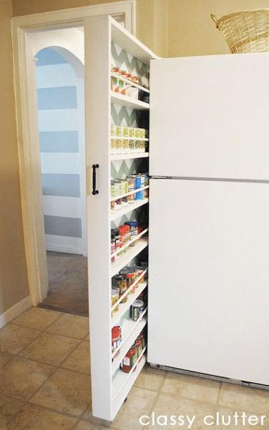 Idéal pour ranger les épices, les boites de conserve et tous les styles de pots, ce tiroir astucieux collé au frigo permet de gagner de l'espace dans une petit cuisine !
