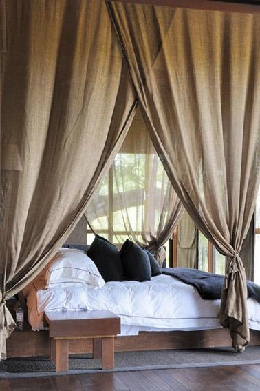 Rien de plus cosy que de mettre des voilages dans la chambre pour obtenir un espace agréable où il est bon de se reposer. Ici on a misé sur des voilages taupe !