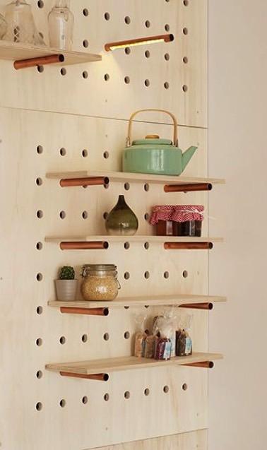 Voilà des rangements de cuisine orignaux et bien pratiques ! Modulables, ces étagères prennent place sur le mur et permettent de maximiser l'espace de manière déco
