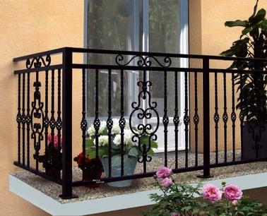Ambiance romantique assurée sur ce magnifique balcon aménagé avec un garde corps noir en fer forgé qui apporte charme et élégance à la déco extérieure !