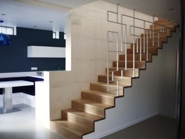Modernité et design sont au rendez-vous dans la déco grâce à un garde corps blanc aux lignes design. Des escaliers qui ne manque pas d'originalité !