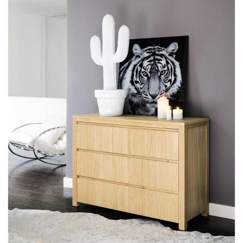 Grand cactus en céramique blanche, dans une chambre d'adulte, l'élégance du cactus aliée à la pureté du blanc