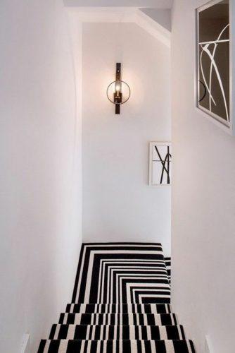 Tapis d'escalier à motifs géométriques noirs et blancs pour un escalier plus chaleureux avec un effet visuel original et envoutant.