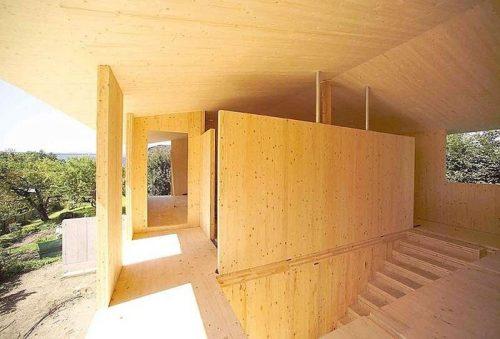 Construction d'une maison en panneaux de bois massif