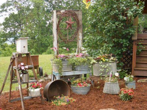 Vieilles bassines et seaux comme conteneurs à plantes et fleurs