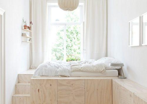 Gagner de la place en plaçant un lit sur coffres en bois