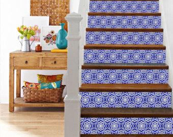 Papier peint sur les contre-marches d'un escalier