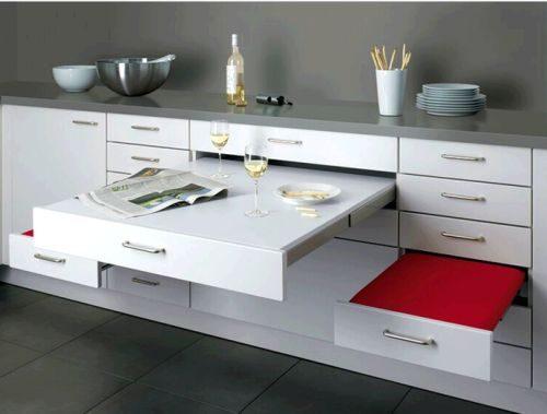 Table et tabourets en tiroirs intégrés au meuble cuisine