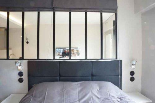 Une verrière entre le lit et la salle de bain de la suite parentale