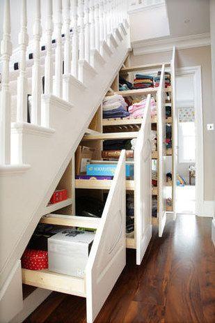 des placards-tiroirs de rangement sous l'escalier