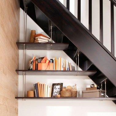 Etagères suspendues sous l'escalier
