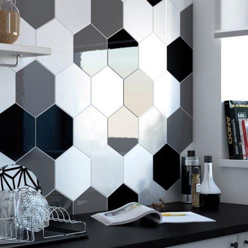 Faïence hexagonale noire et blanche pour crédence