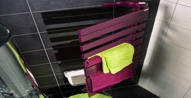 Chauffage design salle de bains: ici un sèche serviette coloré