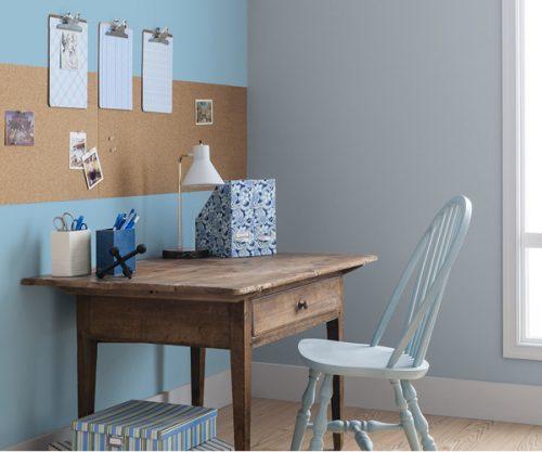 bureau simple et rustique face à un mur peint