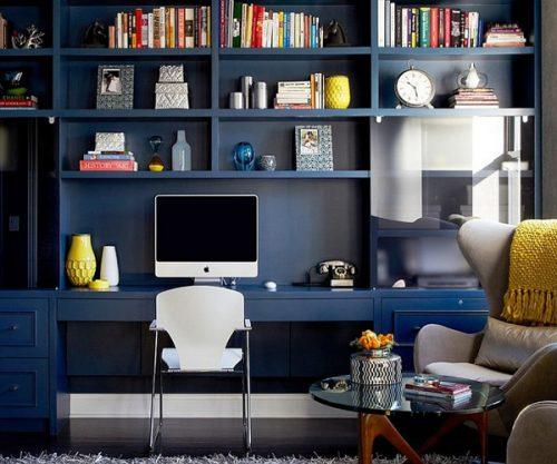 Bureau aménagé avec rangements muraux