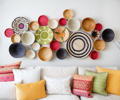 mur décoré avec des paniers en osier ou rotins, corbeilles