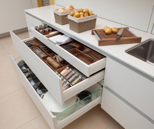 Un meuble de cuisine à grands tiroirs : un aménagement pratique qui aide au rangement pour une cuisine épurée
