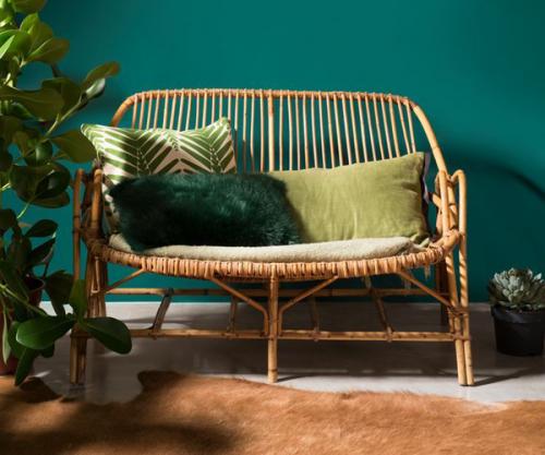 un tapis en peau pour équilibré le naturel d'une pièce verte