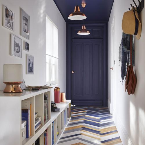 Plafond de couloir dans la couleur de la porte donnant un effet de profondeur