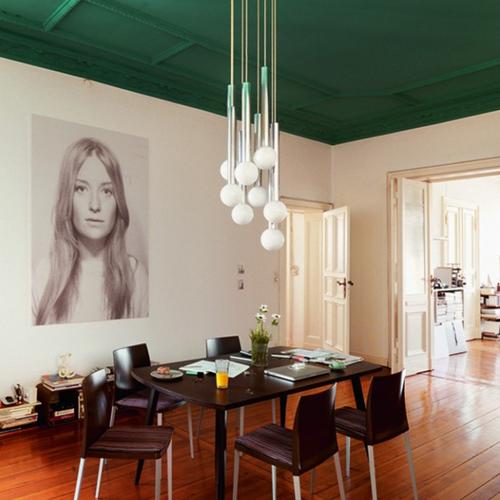 Plafond vert pour contraster avec des murs blancs