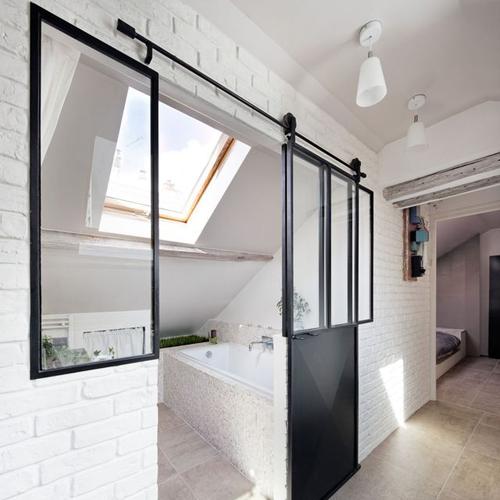 Verrière coulissante pour une salle de bain lumineuse