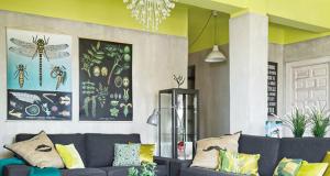 Un plafond de salon peint couleur jaune citron