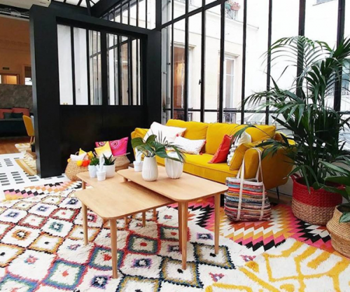 Verrière et tapis colorés